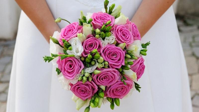 Dáng tròn là mẫu hoa cầm tay cô dâu đẹp rất được ưa chuộng