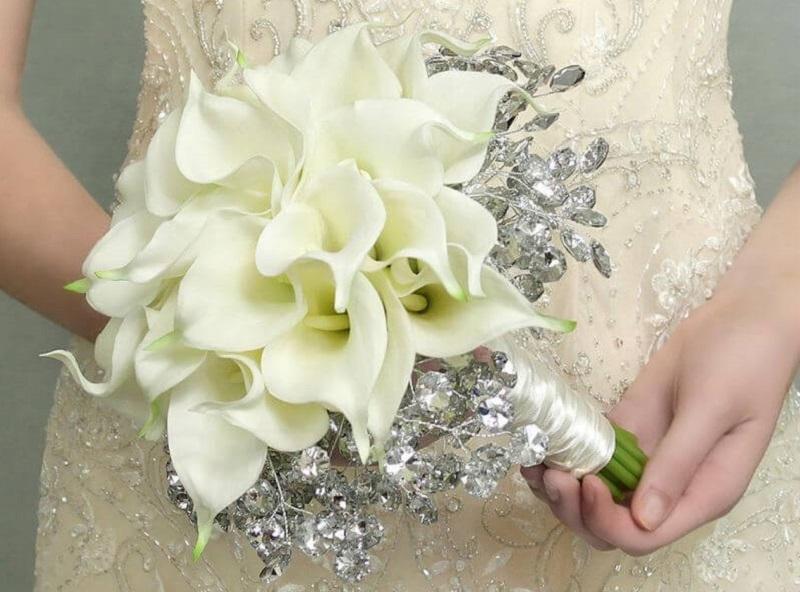 Hoa cưới giúp cô dâu trở nên tươi tắn, xinh đẹp và lộng lẫy hơn