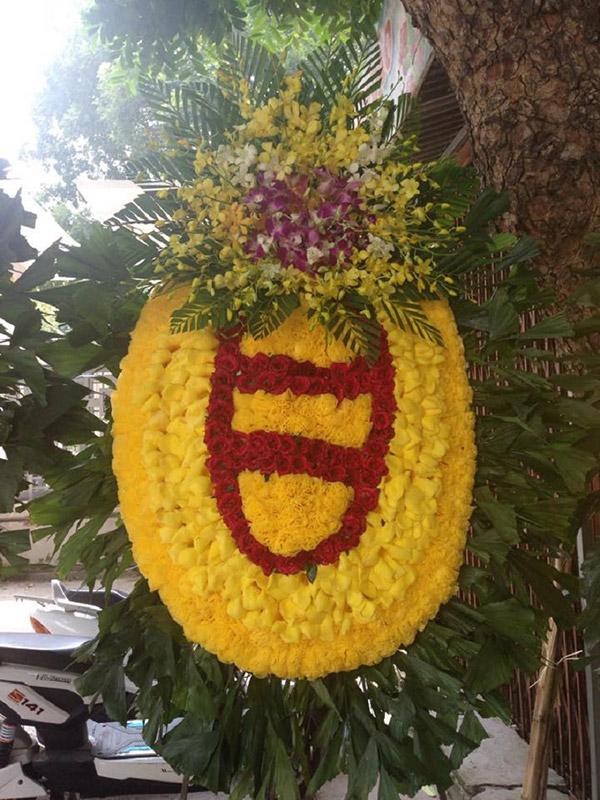 Vòng hoa chia buồn cho người lớn tuổi theo phong tục miền bắc