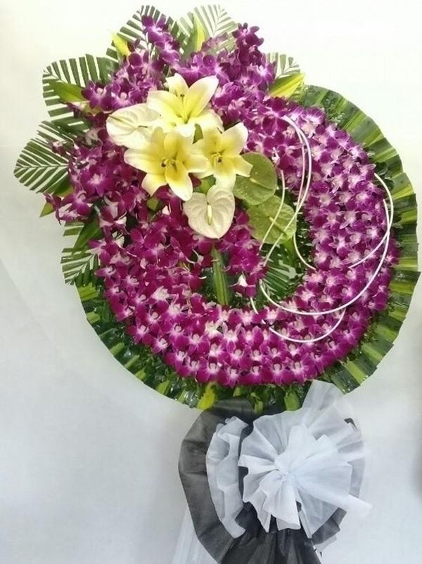 Vòng hoa màu tím thể hiện sự tiếc thương của người ở lại