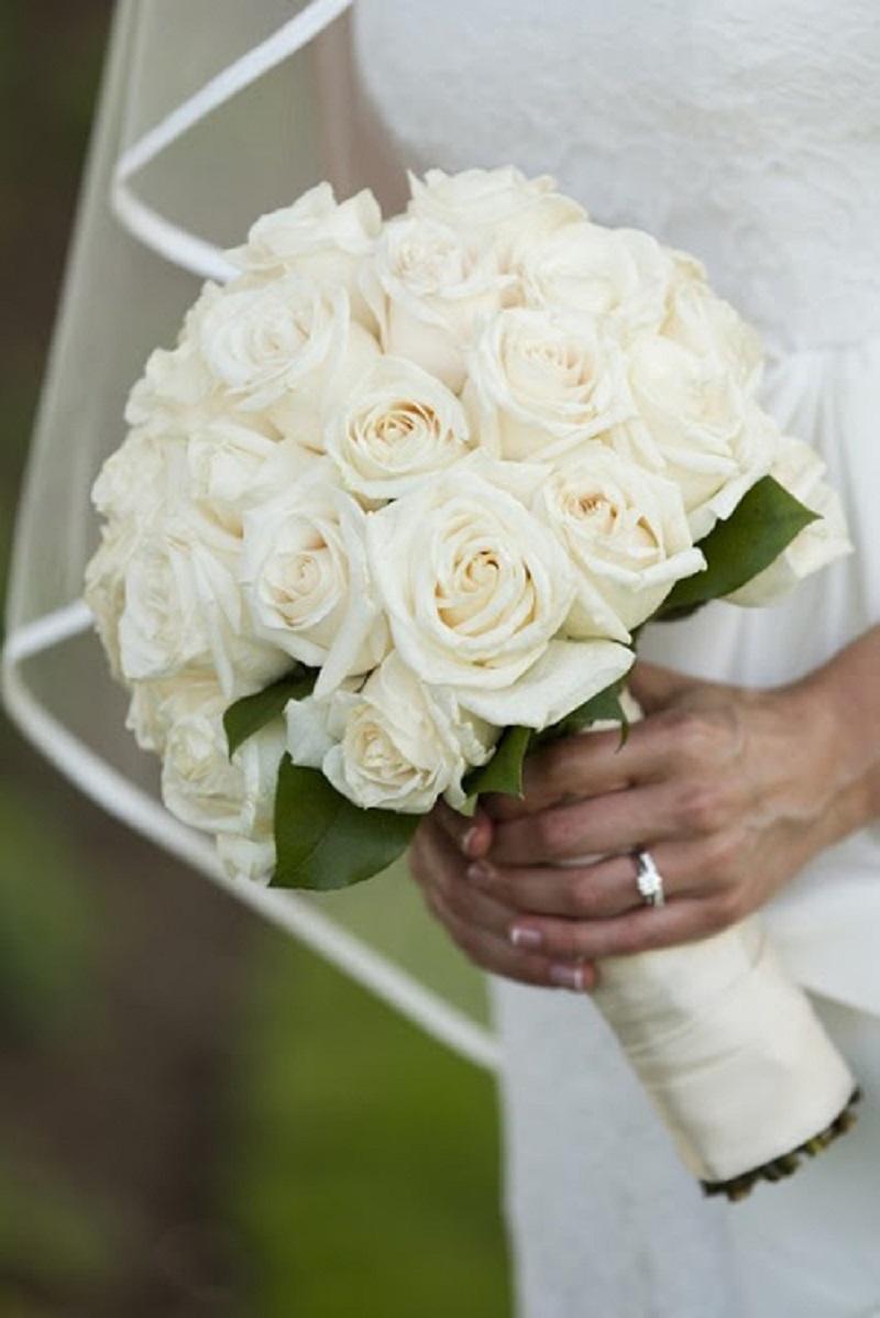 Bó hoa cầm tay cô dâu thể hiện vẻ đẹp tinh khôi, tượng trưng cho khởi đầu mới mẻ