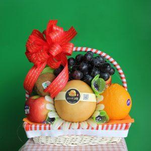 Giỏ trái cây trang trí tinh tế, phù hợp với mục đích đi đám giỗ