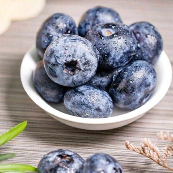 Trái việt quất có màu tím, mọng nước và ngọt thanh